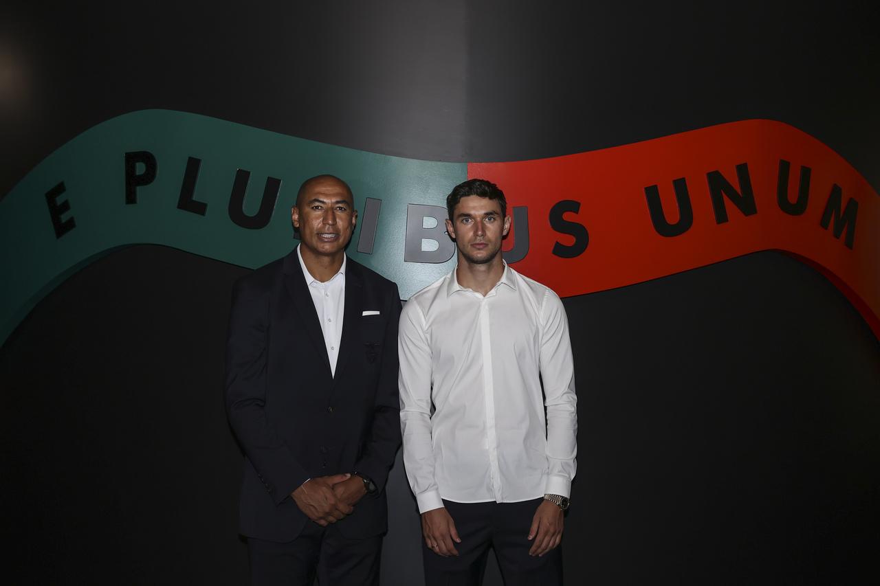 Yaremchuk com Luisão, diretor técnico e de performance, no Museu Benfica