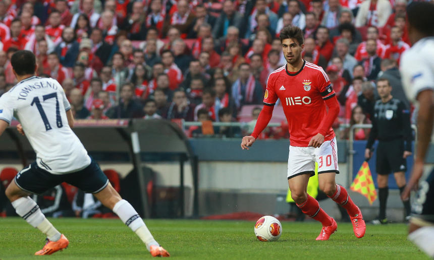André Gomes formado no Caixa Futebol Campus em jogo pelo Sport Lisboa e Benfica