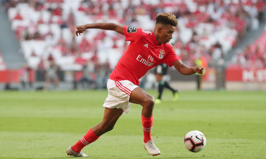 Gedson Fernandes formado no Caixa Futebol Campus em jogo pelo Sport Lisboa e Benfica