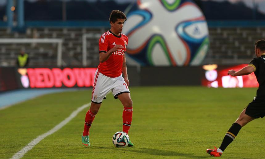 João Cancelo formado no Benfica Campus em jogo pelo Sport Lisboa e Benfica